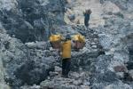 600 Meter muss der Schwefel aus dem Krater steil nach oben transportiert werden