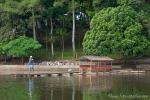 Von der kleinen Insel im See müssen wir wieder mit dem Floß übersetzen