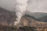 Kahle Hänge, verbrannte Bäume und dampfende Fumarolen; überall rumort und brodelt es