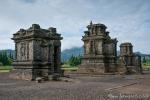 Auf über 2.000 Meter Höhe stehen im sumpfigen Hochplateau die Ruinen des Arjuna-Tempel-Komplex