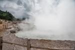 Sikidang-Krater auf dem Dieng Plateau. Es blubbert, dampft, stinkt und ist heiß.