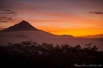 Spektakulärer Sonnenaufgang mit Blick auf einen Vulkan