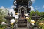 Pulaki Tempel mit heiligen Schirmen