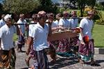 Sogar mit Musikinstrumenten ziehen die Menschen in den Tempel