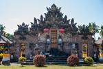 Die wichtigen Statuen sind in heilige Tücher gehüllt, es werden heilige Schirmchen aufgestellt und Tempel laufen die Vorbereitungen auf Hochtouren - Tempelfest im Pura Beji