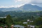 Der Danau Batur wird vor Vulkanen umrahmt