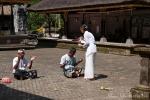 Die Priesterin segnet die Gläubigen im Gunung Kawi