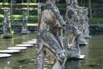 Lebensgroße Steinskulpturen in den Königsbädern von Taman Tirtagangga