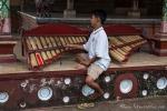 Der Junior des Hauses spielt uns ein kleines Ständchen und zeigt uns den Palast Puri Agung Kerambitan