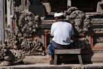 Restauratiosarbeiten an den Skulpturen des Pura Taman Ayun