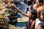 Viele Gläubige bringen Opfergaben an die heiligen Quellen - Pura Tirta Empul
