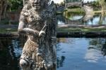 Kunstvolle Steinfigur im Wasserpalast Taman Tirtagangga