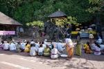 Gemeinsames Gebet vor der Fledermaushöhle Goa Lawah