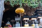 Heilge Schirme, kleine Gebetstempel und eine Menge Fledermäuse vor der Fledermaushöhle Goa Lawah