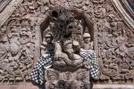Auch die Holländer-Figuren bekommen ein heiliges Tuch um und werden verehrt, obwohl sie die Kolonialherren waren - Tempel Pura Beji im Ort Sangsit
