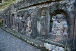 Das Wandfries von Yeh Pulu stellt Alltagsszenen dar