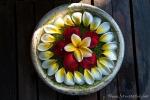 Kunstvolle Deko aus Blütenblättern, die jeden Tag erneuert wird
