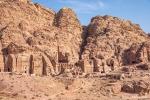 """Die Königswand mit den nebeneinander aufgereihten monumentalen Grabtempeln """"Korinthische Grab"""",  """"Palastgrab"""" und """"Urnengrab"""""""