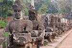 Krieger flankieren die Eingänge zum Tempelkomplex