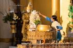 Am Geburtstag übergießen die Gläubigen die Buddhafigur mit Wasser - Shwedagon Pagode