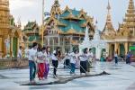 Freiwillige bei der täglichen Putzaktion in der Shwedagon Pagode