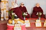 Mönch mit Sonnenbrille - Szene in der Shwegugale Pagode