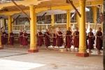 Stehen zum Essen an - Kha Khat Wain Kyaung Kloster