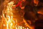 Pilger entzünden Kerzen am Goldenen Felsen