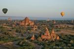 Blick über das Pagodenfeld von Bagan während einer Fahrt mit einem Heißluftballon
