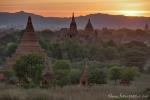 Pagodenfeld von Bagan im letzten Sonnenlicht