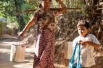 Das Trinkwasser wird am Brunnen geholt - Dorfleben in Myanmar