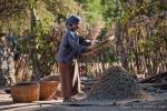 Linsen werden gesiebt - Dorfleben in Myanmar