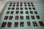 Die Schuhe werden in Reih und Glied an dem Muster der Bodenfliesen ausgerichtet - Nonnenkloster Tha Kya Di Tar