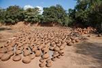 Trocken- und Brennplatz für die im ganzen Dorf hergestellten Ton-Wassertöpfe