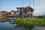 Pfahlbauhütten und schwimmende Gärten prägen das Bild auf dem Inle See