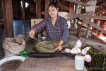 Aus den Stängeln der Lotuspflanze werden hauchdünne Seidenfäden gewonnen - Lotusseidenweberei auf dem Inle See