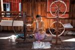 Der Seidenfaden wird aufgespult - Lotusseidenweberei auf dem Inle See