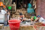 Hühnerschlachtung am Fließband - Markt in Yangon