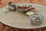 Der Tisch ist für die Mönche gedeckt - Ration für 4 bis 6 junge Mönche im Kha Khat Wain Kyaung Kloster