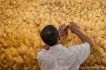 Ein Buddhist klebt Blattgold an den Goldenen Felsen