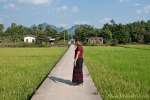 Victoria führt uns in das Dorf Lakkhana