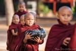 """Selbst die Kleinsten müssen Essen sammeln gehen - Kloster """"Nathauk"""" in Bagan"""