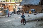 Das Spielzeug fällt sehr bescheiden aus - Dorfleben in Myanmar