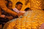 Männer spenden Blatgold an der Mahamuni Pagode