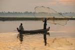 Fischer werfen ihr Netz aus - U-Bein-Brücke
