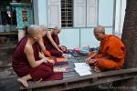 Lernstunde im Mönchskloster auf dem Mandalay Hill