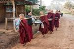 Junge Mönche auf morgendlicher Betteltour
