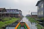Wie in Venedig führen Wasserstraßen zu den Pfahlbausiedlungen der Intha - Inle See