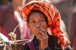 Pa-O-Frau mit einer traditionellen Cheroot (Zigarre) - Markt von Indein