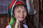 Frau aus dem Stamm der Kayan (Padaung); auch Giraffenhalsfrau mit 24 Ringen um den Hals